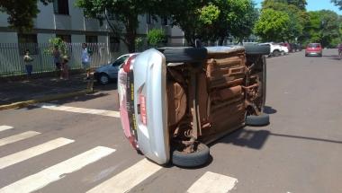 Fiat Mobi tomba após colisão em Toledo