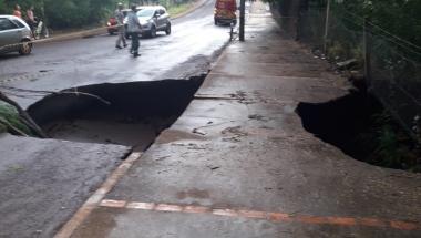 Buraco se rompe em rua de Toledo e deixa trânsito interditado