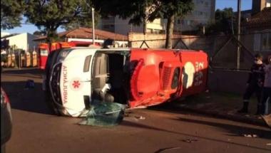 Ambulância do Samu capota após forte batida no Centro de Cascavel