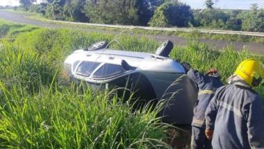 Motorista perde o controle e carro sai da pista na BR-467, entre Toledo e Cascavel