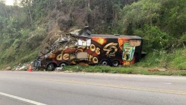 Grave acidente com ônibus dos Garotos de Ouro deixa uma vítima fatal