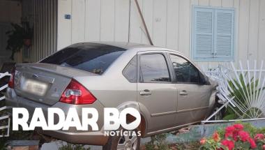 Após colisão, Fiesta derruba cercado e por pouco não atinge residência em Nova Santa Rosa