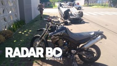 Após colidir contra moto, condutor capota carro na Vila Industrial em Toledo